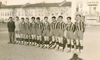 Darüşşafaka Lisesi takımı 1939 yılında Taksim Stadında. Galip Haktanır soldan üçüncü.