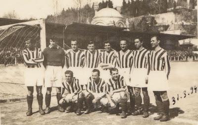 Vefa takımı 1946 yılında Şeref Stadında bir maçtan önce. Galip Haktanır ayakta, sağ başta.