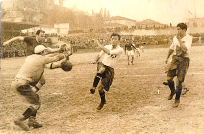 1947'de Şeref Stadında oynanan İstanbul-Peşte karmaları maçında Galip Haktanır ve Ahmet Erol rakip kalede gol arıyor.