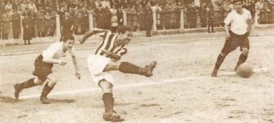 1946 yılında Şeref Stadında oynanan bir Beşiktaş-Vefa maçı. Galip Haktanır şut çekmiş, Süleyman Seba ve Hakkı Yeten onu izliyor.