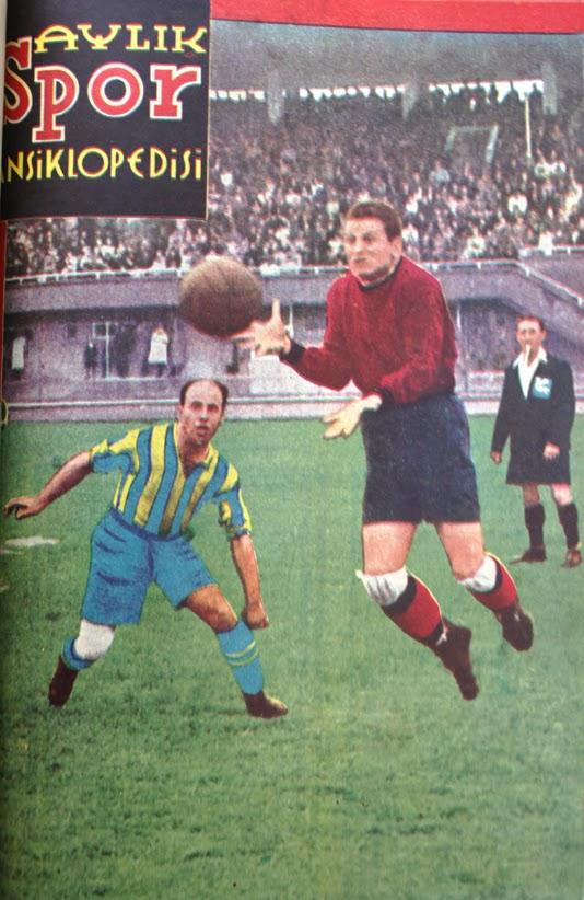 Aylık Spor Ansiklopedisi'nin Haziran 1946 sayısının kapağı. Ankara'da askerlik görevini yapan ve Muhafızgücü kalesini koruyan Faruk Hızal Fenerbahçe ile yapılan bir maçta Büyük Fikret'in önünde topu alıyor.
