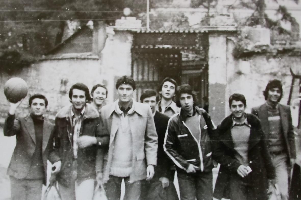 1977-78 sezonunda okul basket takımıyla maça giderken, Fatih Çarşamba'daki okul kapısı önü. Soldan : Süleyman Aydın, Eşref Özülkülü, İlhan Demirer, İsmail Çiftaslan ,Ercan Karadede, ,Adnan Kabaalioğlu, Halit Türkyazıcı (Domo), Ahmet Kuşi, Tuğrul Şenel