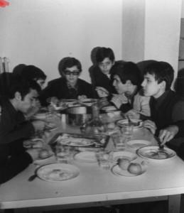 1974 yemekhane – Sol baştaki benim. Soldan sağa: Hayri Cem, Osman Şenkul, Mehmet Emin Karaaslan, İhsan Kabil, Serhat Özalpay, Ufuk Dinç