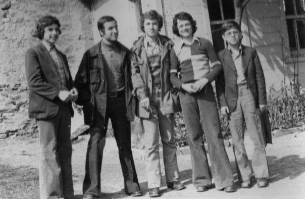 1975 Okul Bakçesi – Soladan sağa; Cem Bozyiğit, Hayri Cem, Mehmet Enin Karaaslan, Yalçın Gültekin, Ersin Arslan