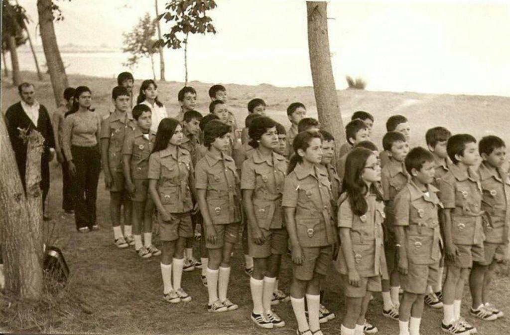 Fotoğraf: 1978 yazı İznik Darka Dil Kampı; Sol baştaki kızlar sırasıyla Sema Töre, ben, Yesim Erden, Özlem Güçlü, Gonca Civani.