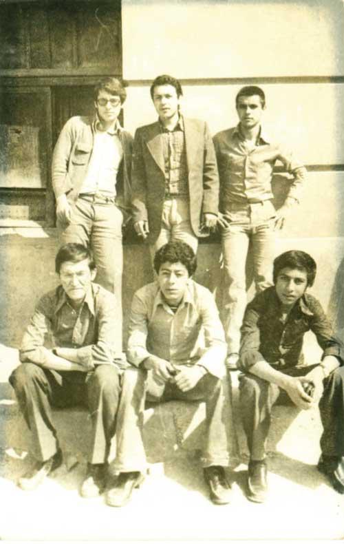 Darüşşafaka Çarşamba/eski bina önünde muhtemelen maç seyrediyoruz – ayaktakiler : Mustafa Özkan Pektaş (DS'76-günümüzde sosyete psikologu), Pamir Gültekin (DS'76), oturanlar Levent Karaosmanoğlu (DS'76), Ismail Atasoy, Ali Riza Kizildağ (DS'79)