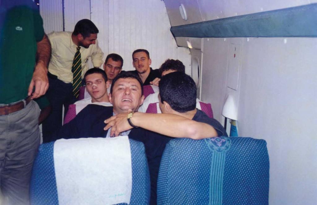 Saporta Kupası maçı için Girite gidiyoruz (takimla) – ön sıra Süleyman Sarı (DS'80), ben, oyuncular Ömer Kahyaoğlu, Mehmet Kahyaoğlu, Nihat Mala, Orhan Güler, ayaktaki bir yönetici…
