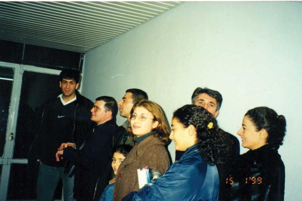 İzmir'de galibiyetle sonuçlanan bir Tuborg maçı sonrası kutlama için soyunma odasının önünde aile boyu bekliyoruz – Recep Ertaş (basketci), Gürsel Akan (Betül 79'un eşi), ben, Hazal (yeğenim), Arzu (eşim) Sinem (yeğenim), arkada (eniştem), Ayşe Atasoy
