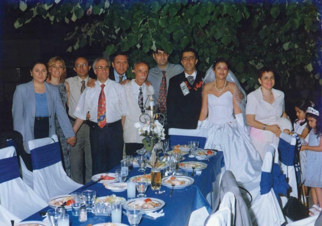 : Düğünümden bir fotoğraf, DSK YK ve okuldan çok katılım vardı – önde Lise Müdürü Kudret Bey ve eşi, arkadakiler Nuran-Umur Çekli, Ali Kahyaoğlu, Halit Ziya Yılmayan, Azmi Özkardaş, damat-gelin, Oya Özkardaş..