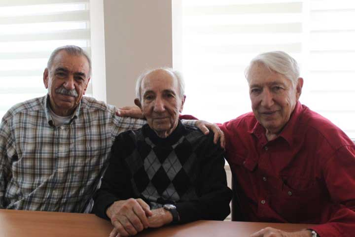 1961 Türkiye şampiyonluğunu kazanan kadrodan Dursun Açıkbaş (solda), koç Atilla Erten ve Erdoğan Karabelen.