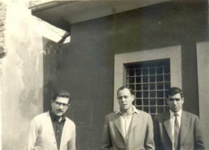 Voleybolcular Cafer Aksakal ve Ender Kurt ile Dursun Açıkbaş (sağda) yurt binası önünde.
