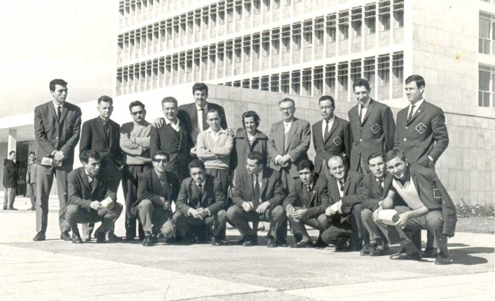 Darüşşafaka basketbol takımı 1961'de Avrupa şampiyon kulüpler kupası maçı için İsrail'de. Ayakta sağdan dördüncü kişi kulüp başkanı Refik Darcan