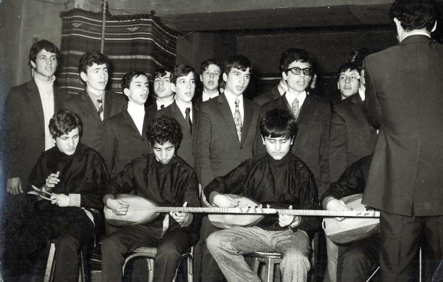 ahminen 1968 yılında Türk Halk Müziği Koromuzun verdiği bir konserden bir kare Şef:Talha Çamaş Ağabey, Ben, Yalçın Ceylani, Cemail Baykuş, (Rahmetli) Doğu Hüyük, Ahmet Dinçel, Nejat Olgun, (56) Hikmet Karaca, Erman Süsler ile birlikte