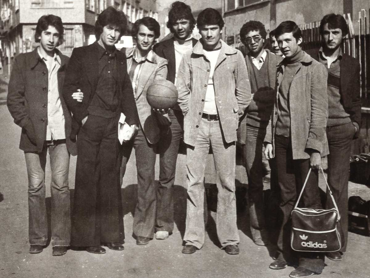 """Daçka Lise Takımı Maça Giderken, Kasım 1977, (Halit, Yavuz (Aybar) Abi, Eşref, Tuğrul, İsmail, Özcan, Ercan, Adnan). Önemli Not: Beden Eğitimi Öğretmenimiz Yavuz Aybar'ı çok severdik. Darüşşafaka ruhunu kalben çok iyi yakalamış olan değerli bir öğretmenimiz ve büyüğümüzdü. Bize öğretmenliğin yanında ağabeylik de yaptığı için onu kendi aramızda """"Abi Rütbesine"""" yükselttiğimizden, Darüşşafaka Lisesi Mezunu olmasa dahi """"Abi"""" dediğimiz hocalardan biri de sayın Yavuz Aybar olmuştu."""