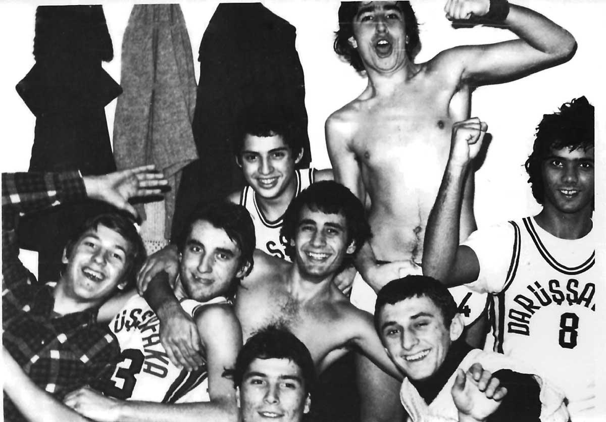 Daçka Lise Takımı Maçtan Sonra Soyunma Odası, Aralık 1977, Kadıköy Halk Eğitim, (Arkadakiler: Ahmet, Halit, Ortadakiler: Ilhan, Adnan, , Eşref, Tuğrul, Öndekiler: İsmail, Süleyman)
