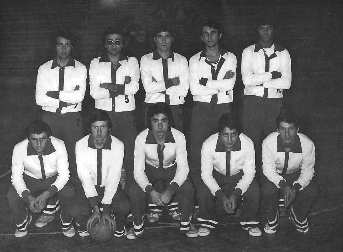 Daçka Lise Takımı, Aralık 1977 - Edirne Turnuvasında (Maçtan önce), (Ayaktakiler: Eşref, Özcan, İsmail, Adnan, Tuğrul, Oturanlar: Süleyman , Ercan, Halit, Ahmet, İlhan)