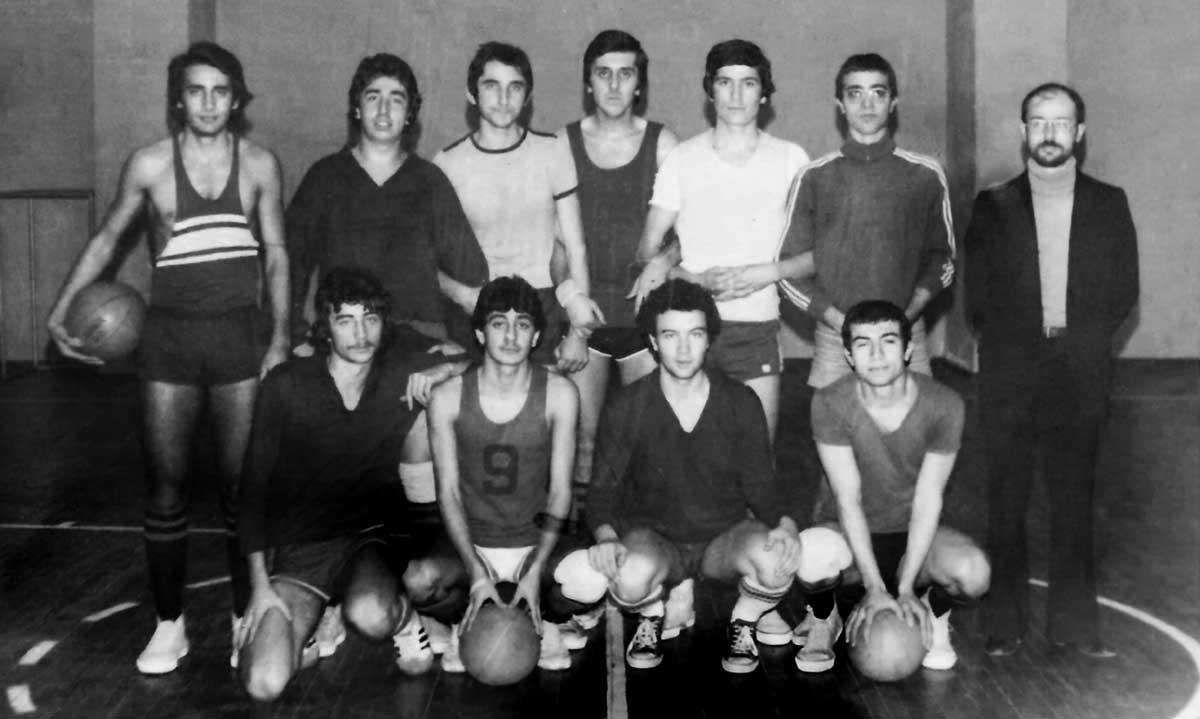DSK Genç Takımı Antrenmanda, Aralık 1976, Darüşşafaka Spor Salonu (Ayaktakiler: Eşref, Halit, Adnan-II, Adnan-I, İsmail, Özcan, Oturanlar: Can, Cenap, Cahit, Ali Macit,)