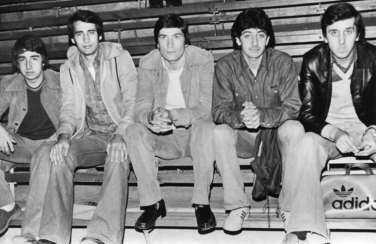 DSK Genç Takımı (oyuncu grubu bir maçtan önce), Mayıs 1977, (Halit, Eşref, İsmail, Cenap, Adnan-I)