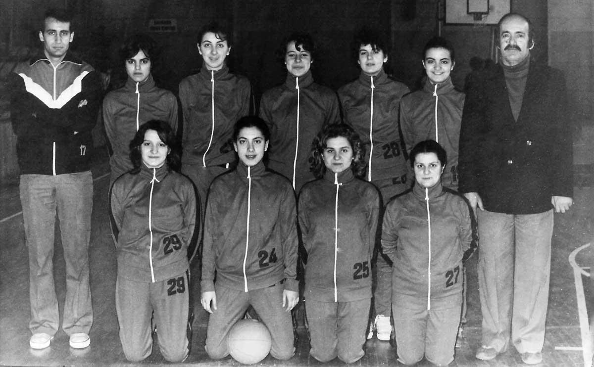 DSK Kız Takımı, Mart 1982, Bağlarbaşı Spor Salonu, (Ayaktakiler: Eşref, Semra, Füsun, Serpil, Demet, Filiz, Niyazi Turan. Oturanlar: Ayşen, Ümit, Kadriye, Nurhayat)