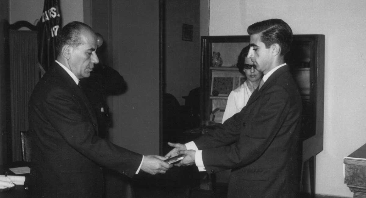 Cemiyet Başkanı Fettah Aytaç'ın elinden birincilik ödülünü alırken