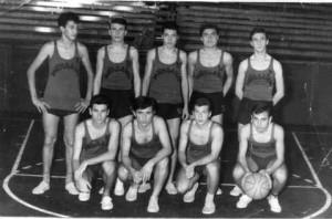Kulüp takımı, tahminen 1963.. Arka sıra soldan : Ahmet Akyalçın, Ali Engin, Recai, ?, Bülent Ünal. Alt sıra : Güven, Necati Güler, Münir Kınay, Kaynak C.