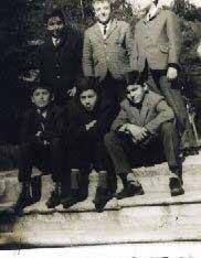 Yukarıdaki fotoğraf 1965 yılında okul bahçesinde çekildi. Ayaktakiler: Ersin Balkan, Ben, Osman Zafer; Oturanlar: Selahattin Ayaz, Nurettin Elhüseyni ve Cem Güleçyüz.