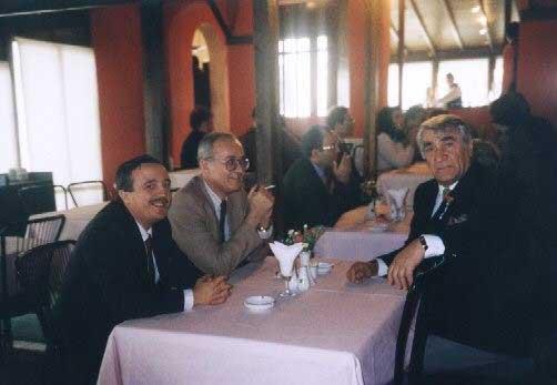 Yukarıdaki fotoğraf Ayhan Kurtoğlu hocanın doğum gününde Moda'da çekildi. Sol arkada Beşir Özmen ile Nurettin Elhüseyni ve ben.