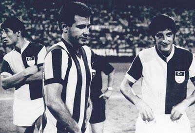 yukarıdaki fotoğraf Metin Oktay'ın jübile maçında çekilmiştir. Sinyor Bartu GS ve Kral FB formasıyladır. O yıllarda insanlar maçlarda böylesine tolerans örnekleri verirlerdi.