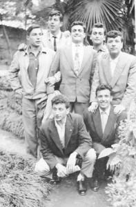 Darüşşafaka Lisesi bahçesi, sene 1954. Ayaktakiler (soldan): Akın Batman, Nedret Uyguç, Güray Kılıç, Alpay Öz, Müfit Nayır. Oturanlar: Namık Kemal Meriç, Malik Tunador (Akın, Nedret, Güray ve Alpay yıldız takımında birlikte oynadılar).