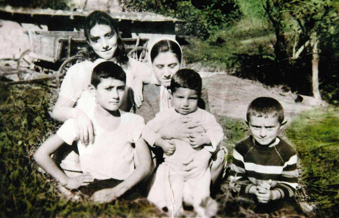 Şişli Bomonti'deki mandıramızın önünde çekilmiş bu fotoğraf 1965 veya 66 senesine ait olmalı. Ablalarım Ayşe ve Fatma, ağabeyim Hasan, yeğenim Bülent. Fotoğrafın en sağındaki haşin bakışlı çocuk benim.