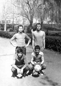 Bir okul gezisinde çekilmiş bu fotoğrafta sınıf arkadaşlarım. Ayakta solda Ahmet Arı, sağda ben. Solda oturan Mustafa Ünal, elinde top olan Faruk Kayhan.