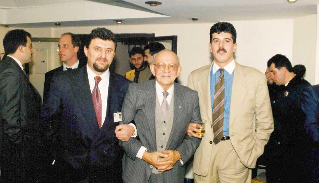 Vitsan'da yılbaşı kokteyli. Ortadaki, inşaat yüksek mühendisi rahmetli Aydın Sezginer (Demirel'in İTÜ'den sınıf arkadaşı). Rahmetliden beş-altı yıl boyunca çok şey öğrendim.