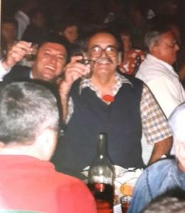 Girit'te Niyazi Turan ağabey ile birlikte kadeh kaldırıyoruz. Karşımızda Levent Tumlu oturuyor.