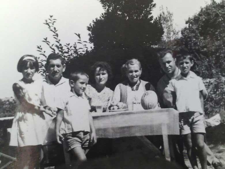1964; İstanbul'a taşınmadan önce İnebolu'da bir aile fotoğrafında annem, babam, dayım, anneannem ve kardeşlerimle (en önde-soldan 3. sıradayım).