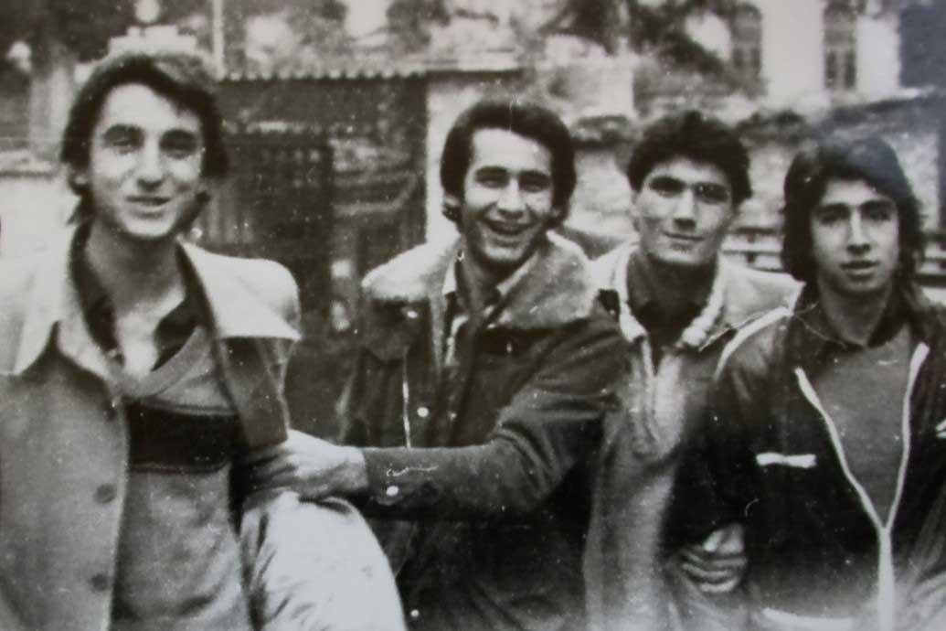 Okul takımı olarak maça giderken, okul çıkış kapısında-1977. Ben, Eşref, İsmail ve Domo