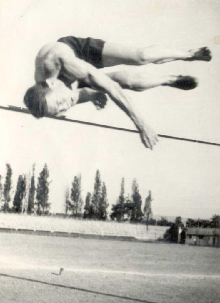 İzmir Alsancak Stadında yapılan liseler arası atletizm yarışması. Sene 1949.
