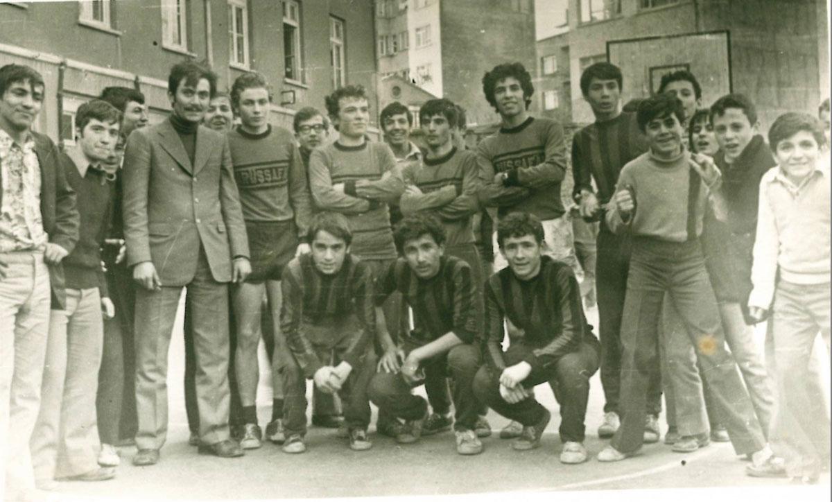 Yıl 1972 ya da 1973Eski Lise Basketbol Sahası. Soldan sağa ayaktakiler: 1:Rıfat Coşkun 2,3:Anımsamıyorum 4: Selahattin Kayalar (73) 5:Taşkut hoca, 6:Hakkı Eren(73) 7:Oğuz Altay(73) 8:Anımsamıyorum 9:Halit Soğukpınar(73) 10:Tarık (Eyüplü) 11:Recep Altay(73) 12:Eşref Biryıldız(73) 13: Atıf 14-18:Tanımıyorum gençleri Soldan sağa çömenler: Günay, NN, Ahmet Dinçel