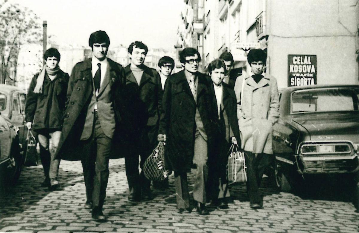 Yıl 1972 Barbaros Bulvarı yanındaki yokuştan aşağı Şeref Stadına maça. Soldan Sağa: Yalçın Ceylani(72), Cahit Özcet(72), Halit soğukpınar(73), Adil Çavaş(73), Cemail Baykuş(72), Reha Görkey(72), arkada kısmen yüzü görünen Ömer Pesen(73), Eşref Biryıldız(73)