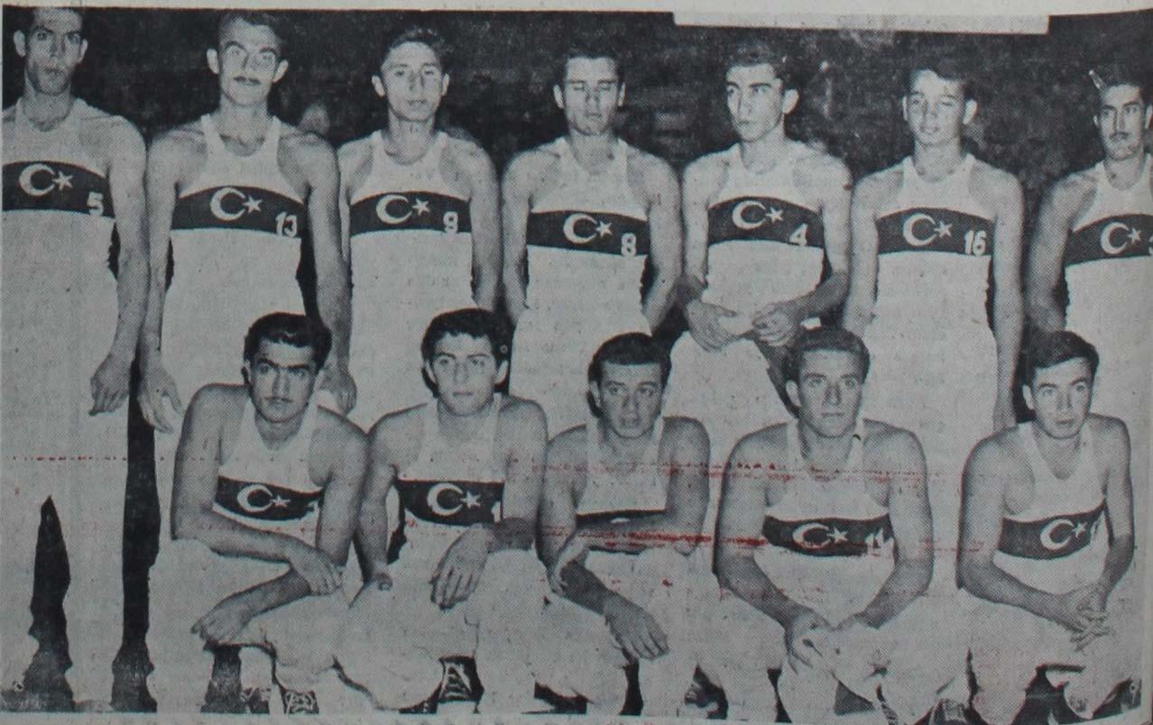 1951'de düzenlenen ikinci İstanbul milletlerarası basketbol turnuvasına katılan milli takım. Ayaktakiler (soldan sağa): Sacit Seldüz, Mehmet Ali Yalım, Sadi Gülçelik, Cemil Sevin, Yalçın Granit, Şevket Taşlıca, Yılmaz Gündüz. Oturanlar: Ali Uras, Nejat Diyarbakırlı, Yüksel Alkan, Erdoğan Partener, Ertem Göreç.