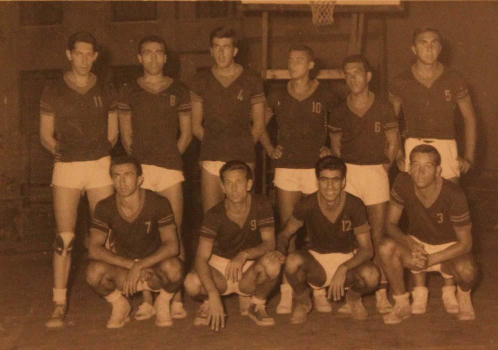 Darüşşafaka'nın 1959-60'ta İstanbul şampiyonu olan kadrosu. Ayaktakiler (soldan): Erdoğan Karabelen, Haşim Ülkü Yakın, Nedret Uyguç, Halit Keskinpala, Metin Akşenkal, Nedim Hoşgör. Oturanlar: Günay Erkan, Sedat Erberk, Dursun Açıkbaş, Şevket Taşlıca.