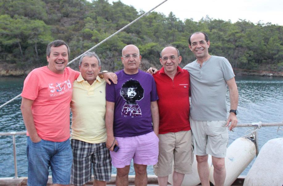 Yıl 2011Mavi Yolculuk Gökova. Soldan sağa: Haluk Bal (73), Cemail Baykuş(72), Levent Sanay(72), Nedim Gürbüz(72), Eşref Biryıldız (73)